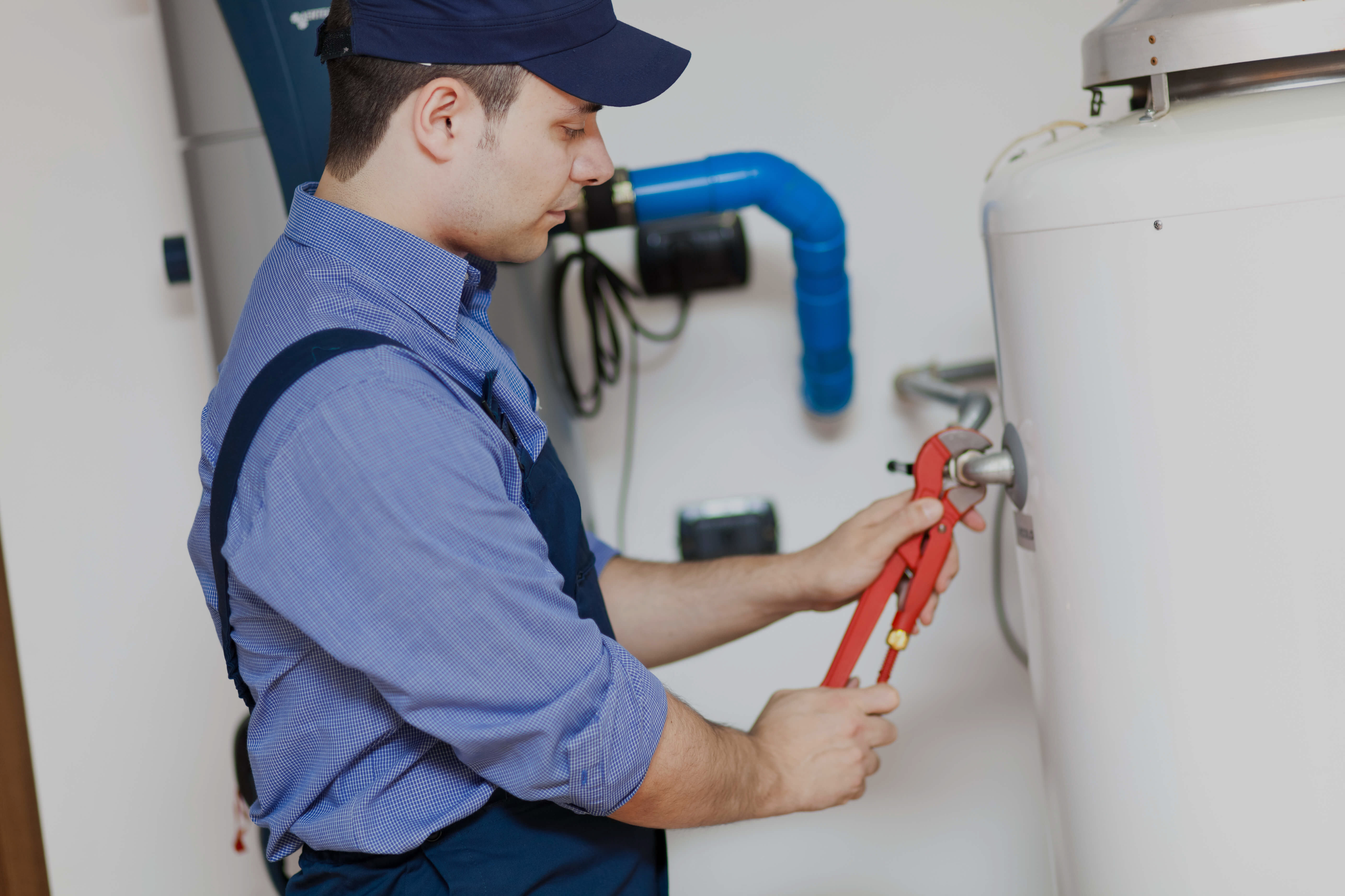 plombier-travail-réservoir-eau-chaude
